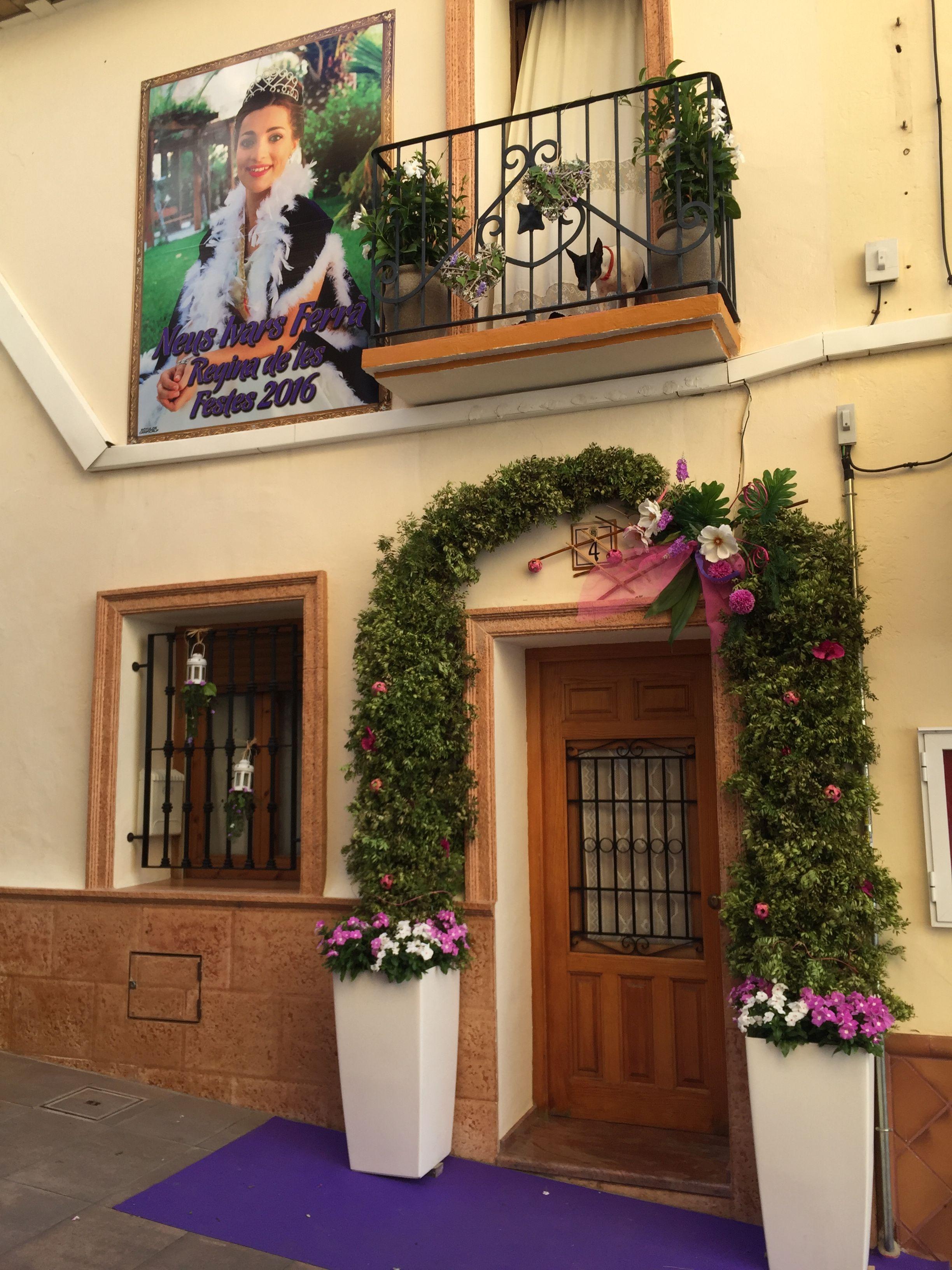 Calp engalana balcones y fachadas con motivo de las - Decoracion de fachadas ...
